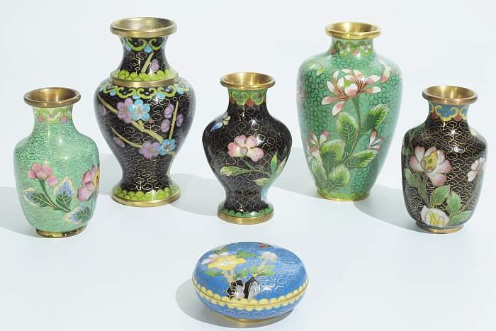Konvolut Cloisonné-Vasen. Deckeldose.