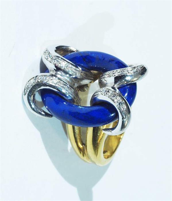 Ring mit Lapislazuli und Diamantbesatz.
