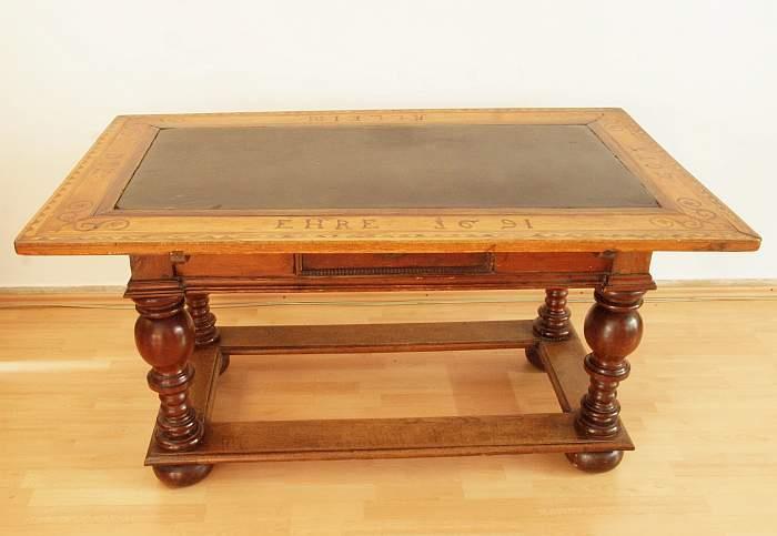Großer Tisch mit geschliffener Schieferplatte.