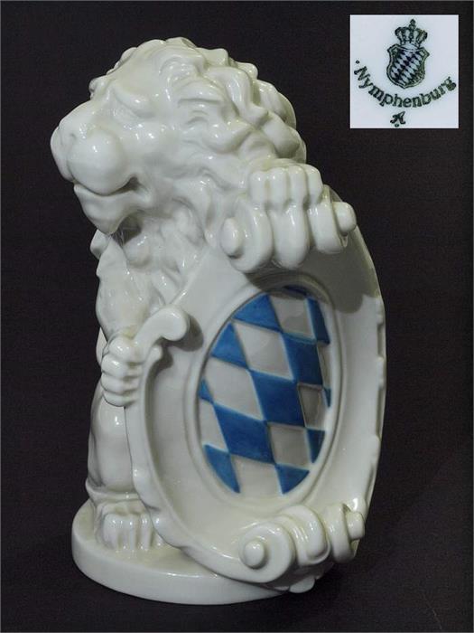 Großer Löwe mit Wappen.
