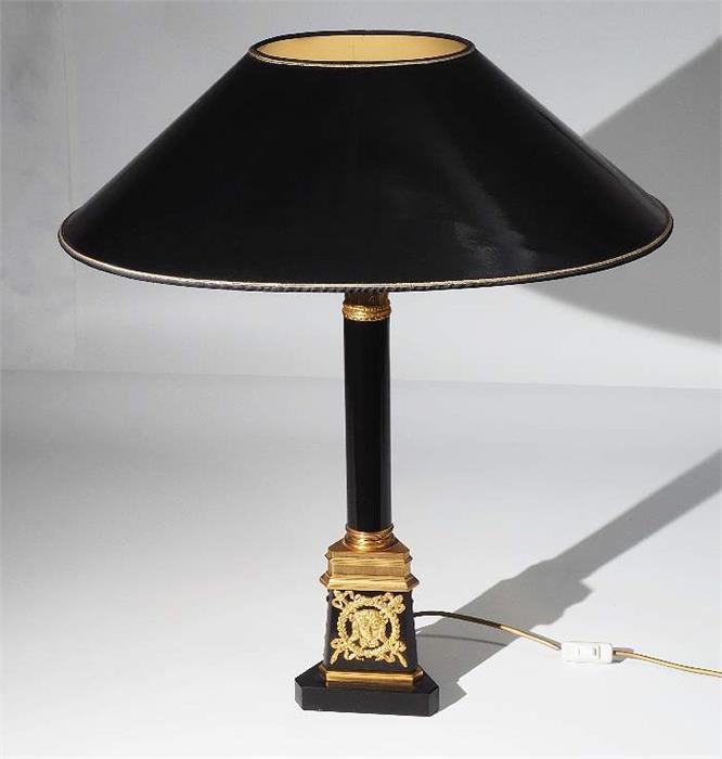 Repräsentative Tischlampe im Empirestil.